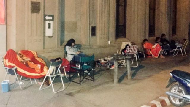 4 de la madrugada del martes, varias personas esperando adquirir sus entradas.
