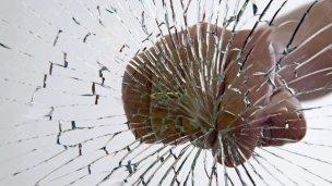 Sin control: Adicto rompió un vidrio en Tribunales