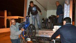 Ex combatientes reparan sillas para los discapacitados