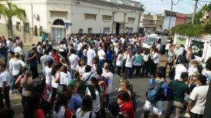 Por unos minutos, docentes tomaron la Departamental de Escuelas