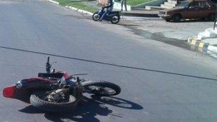 Peligra la vida de un policía que chocó con la moto