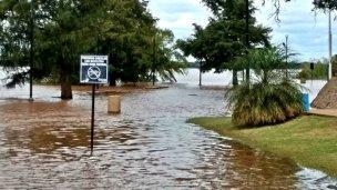 Ascienden a 32 las familias afectadas por la crecida del río