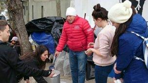 Deportistas cocinan para los inundados