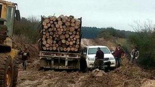 Empantanado en el barro, camión bloqueó acceso a un pueblo