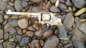 Encontraron un revólver tirado en Playa Nébel
