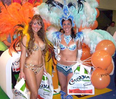 Lucrecia (izq.), promocionando el Carnaval de Concordia