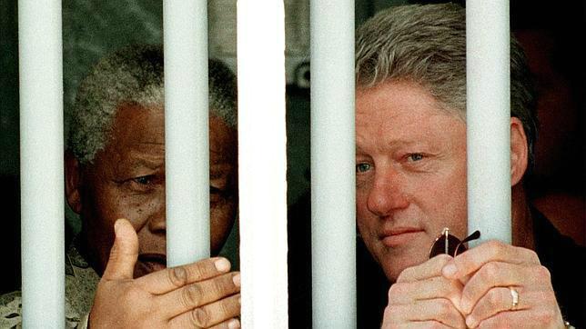 Mandela con Clinton en su celda en la cárcel de Ciudad del Cabo