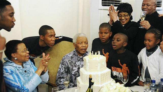 Mandela celebra su 92 cumpleaños en Johannesburgo en julio de 2010