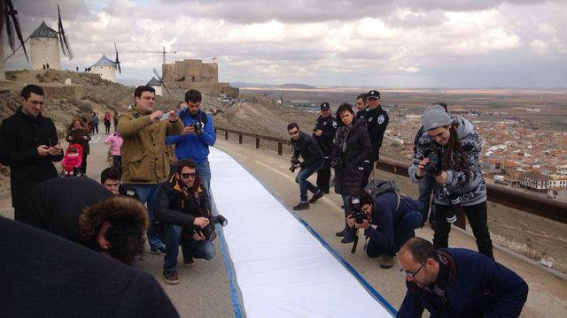 Un poema de 150 metros de extensión, en los Molinos de Consuegra, España, para celebrar el Día Mundial de la Poesía.