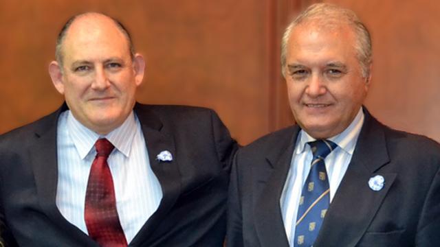 Hugo Mayer, derecha, es el secretario general de la Delegación presidida por Niez.