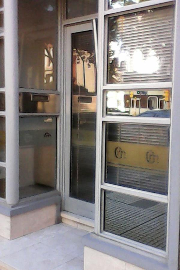 La puerta del edificio alquilado por el Estado al hijo de Mizawak y Arroyo