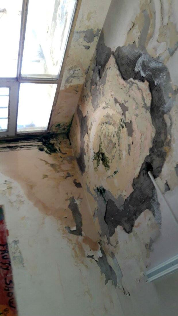 El techo también tiene evidencias del paso del agua de lluvia.