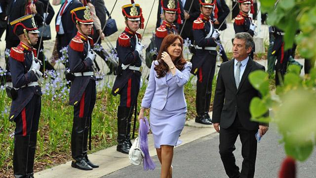 Urribarri, desfilando con Cristina en la Cumbre del Mercosur