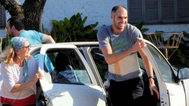El futbolista ya recibió el alta y fue recibido por familiares y amigos.