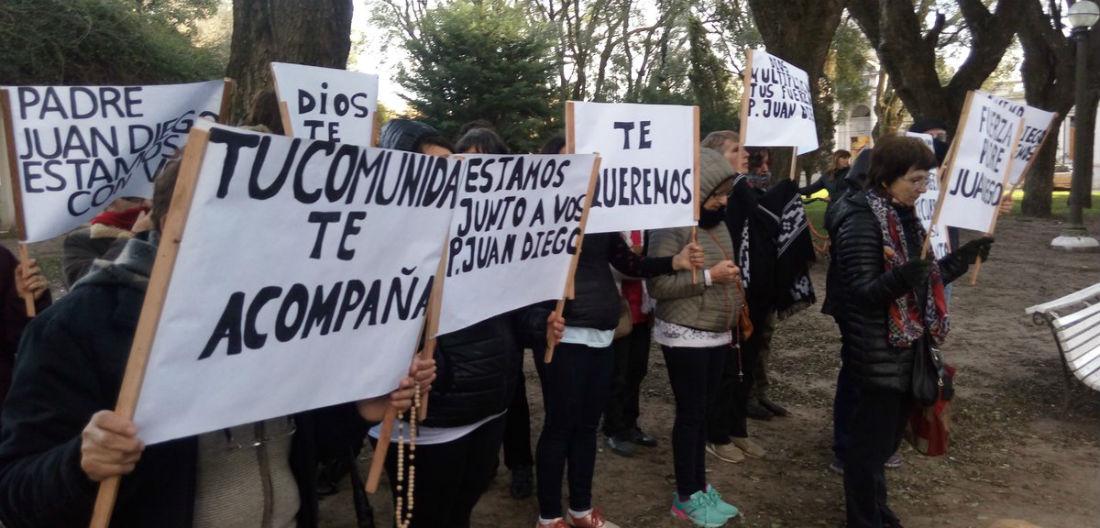 Desde Lucas González hubo vecinos que fueron a dar apoyo al cura (foto: @SoleVallejos).