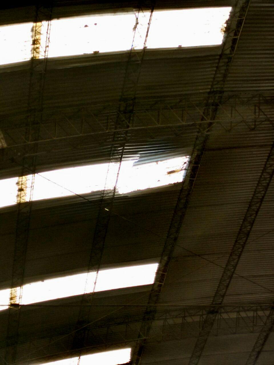 La chapa rota en el techo que estaba en reparación (Crédito: Sec. Prensa Jefatura Deptal Concordia)