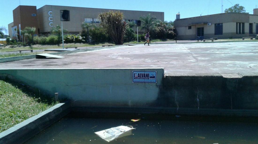Ahora: el agua estancada y la fuente seca, usada como paso peatonal por una adolescente.