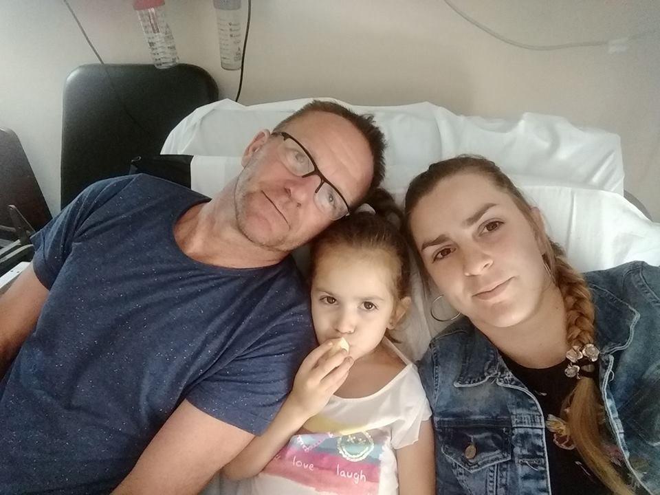 La pequeña está acompañada por sus padres (Facebook Anabella Boujon)