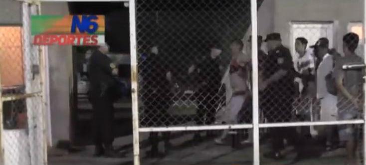 El momento en que llevaron preso a Roberto Aguirre (captura de video de N6 Deportes).