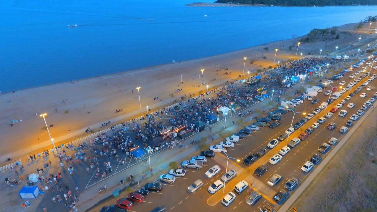 La isla Cambacuá, al fondo de la imagen, asoma en otra imagen de la Feria (foto: El Entre Ríos).