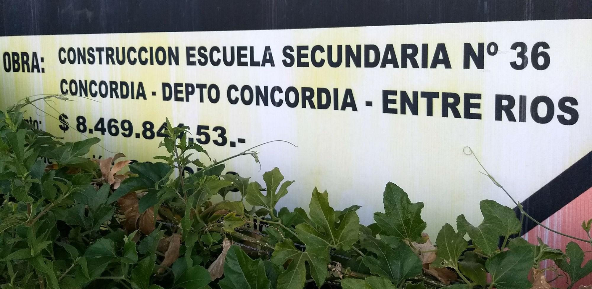 Lo que dice el cartel aún presente en el frente de la obra inconclusa (foto: El Entre Ríos).