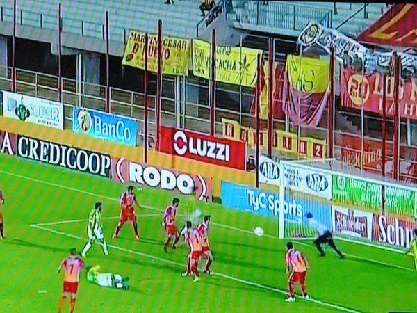 De cabeza, el uruguayense hizo el primer gol con la camiseta de Aldosivi.