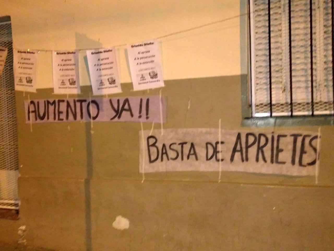 Sin pintadas: los carteles fueron colgados por encima de las paredes.