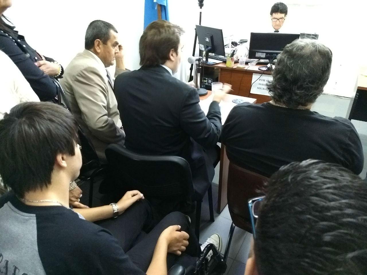 Bruno Escobar escuchó atentamente la audiencia, con Pietrantueno delante.