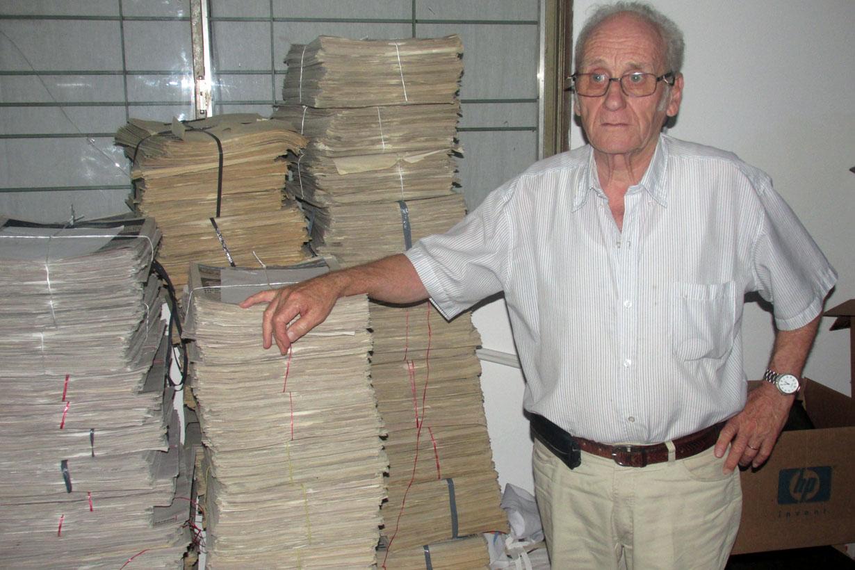 Besson recorriendo el archivo de El Entre Ríos.