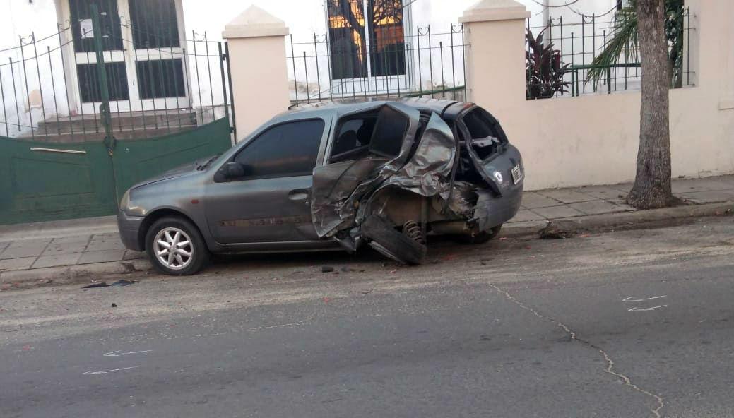 El Clio quedó así en la calle anterior al vuelco de la Hilux.