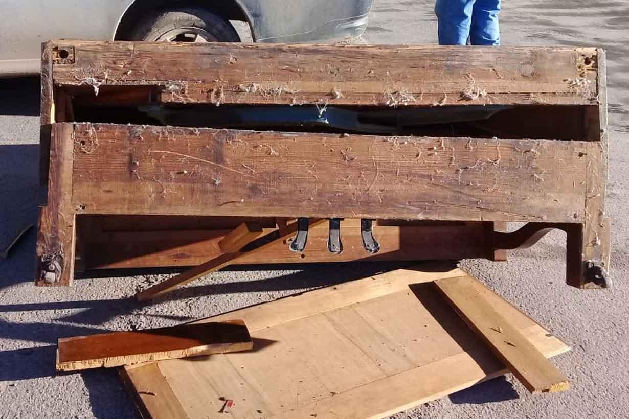 Así quedó el antiguo piano, tras la caída en la esquina de Alem y Noailles