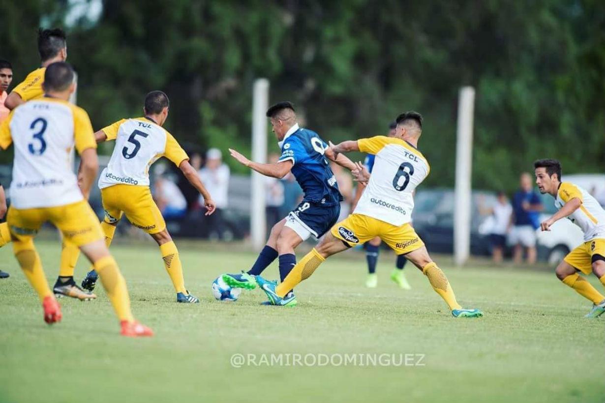 Delantero en Acción, rodeado de rivales (Crédito: Ramiro Dominguez)