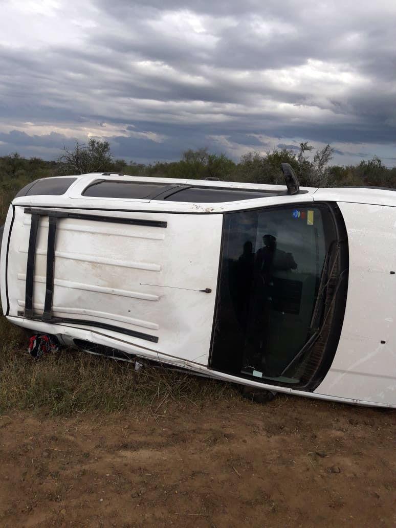 Resultados ilesos los dos hombres que iban en la camioneta que sufrió el accidente.