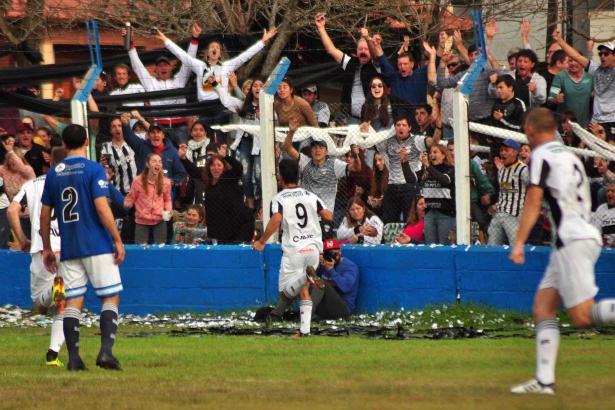 Soto corre a gritar el gol junto a la gente que acompañó al CAVE (RC/EER).