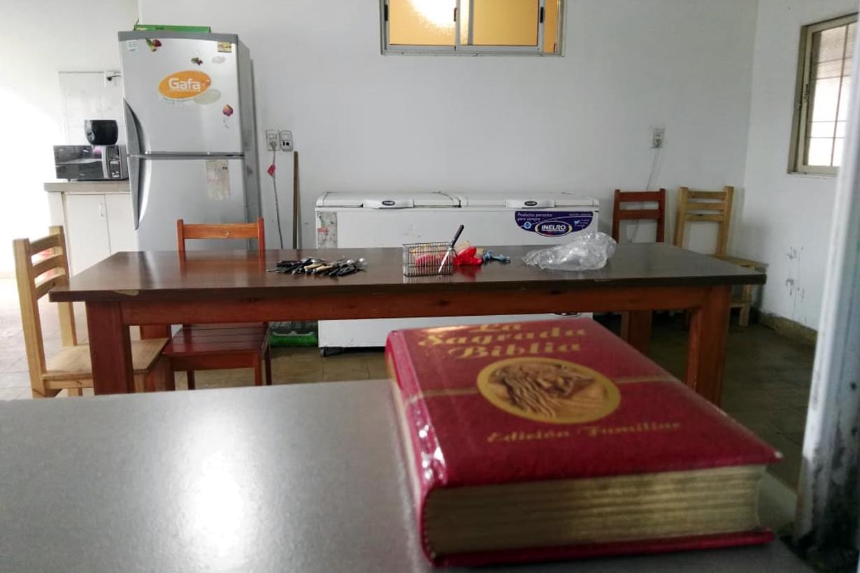 La ventana que une cocina y comedor, con la Biblia a mano