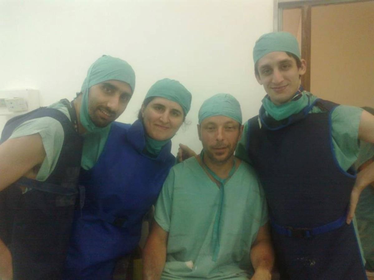 El concordiense, primero de la derecha, era uno de los médicos residentes en el hospital Gutiérrez.