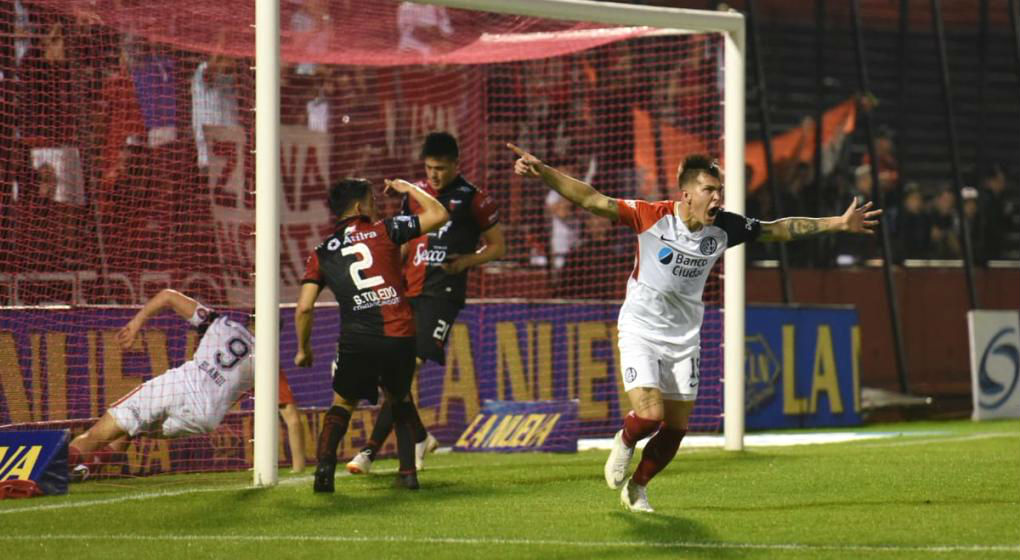 Deshago: Reniero grita su segundo gol personal, con el que empató San Lorenzo.