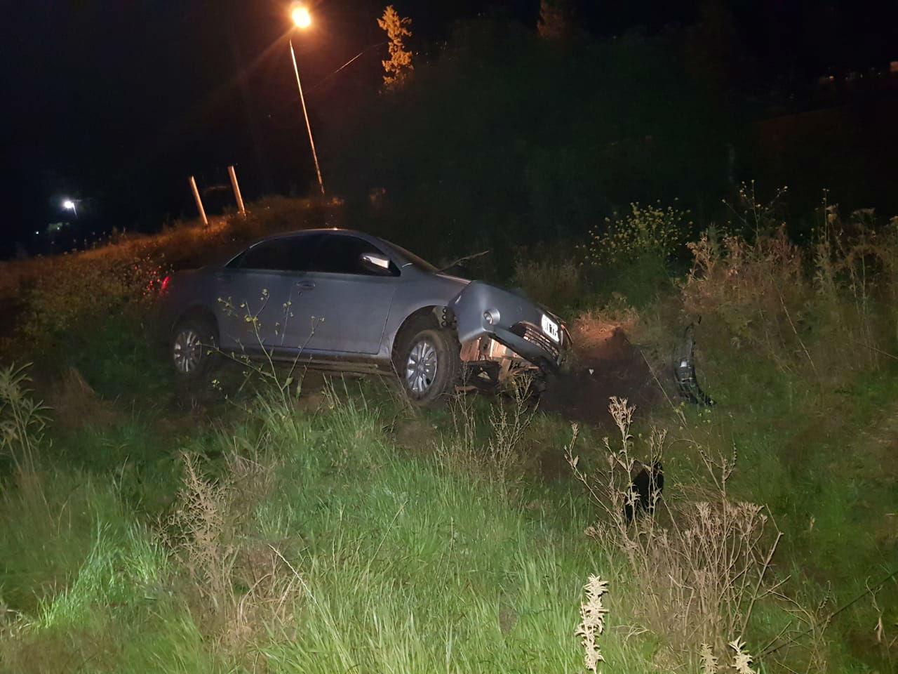 El auto terminó saliéndose de la ruta y colisionando hasta derrivar una columna de alumbrado.