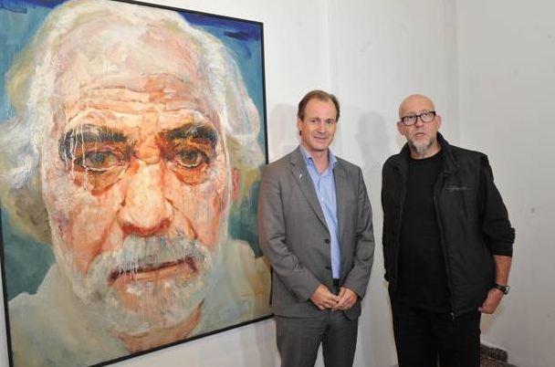 Bordet con el artista Julio Lavallén, con el retrato de Alonso a su lado.