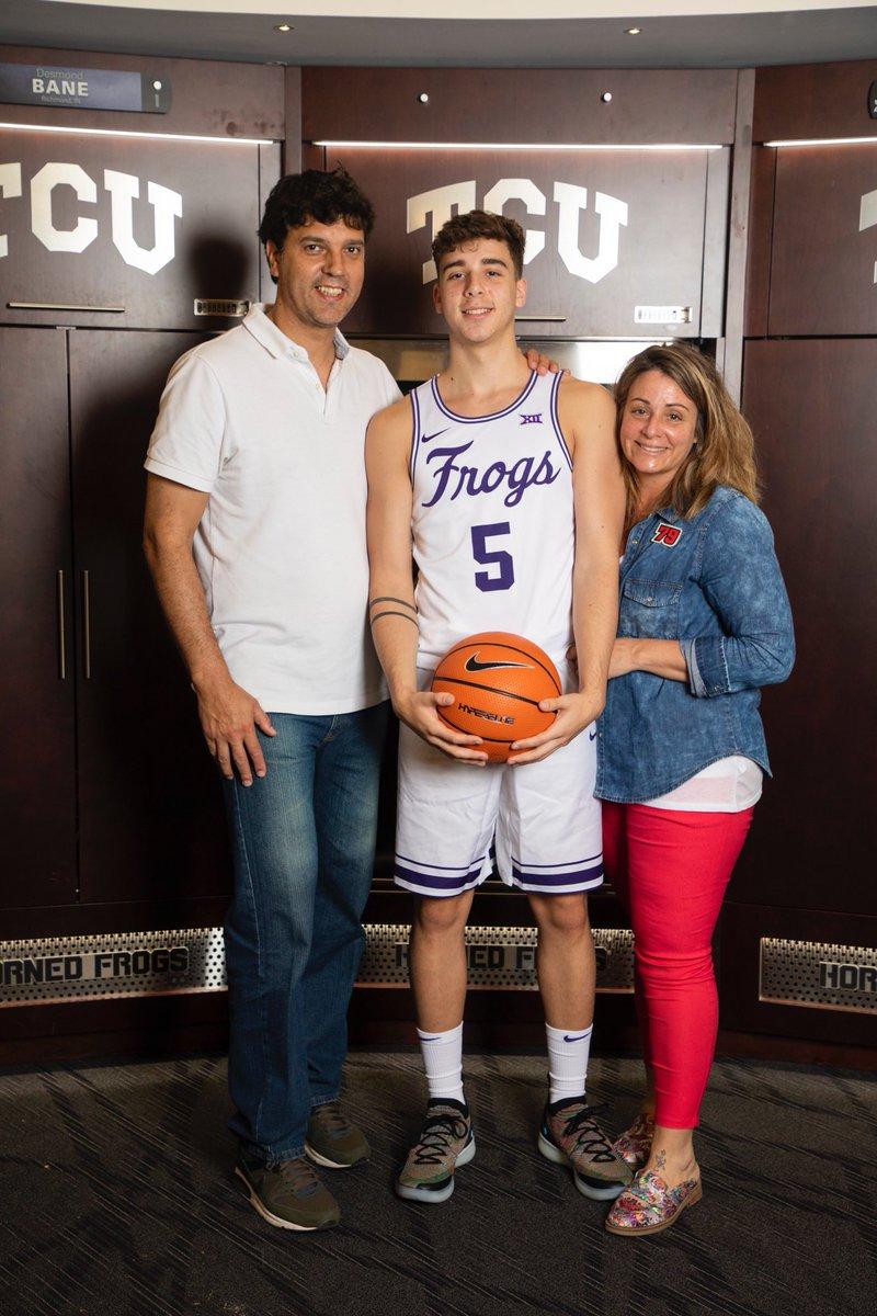 Francisco posando con su nueva camiseta, junto a sus padres (foto: Twitter).
