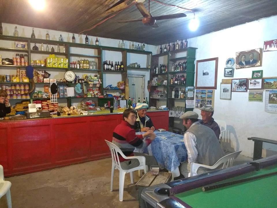 Comestibles, bebida y espacio para la recreación en un punto obligado para los vecinos.