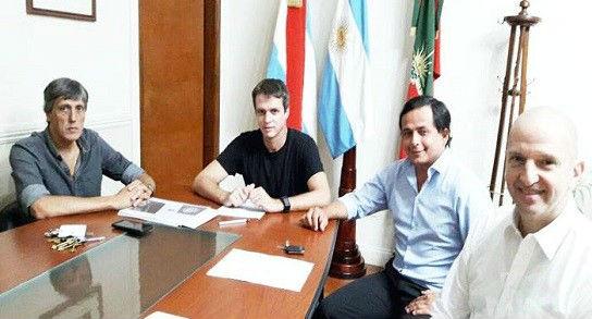 Lapiduz, primero a la derecha, en reunión con Cresto, cuando integraba Defensa al Consumidor.