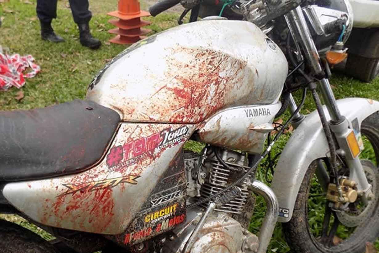 La moto, baleada y ensangrentada