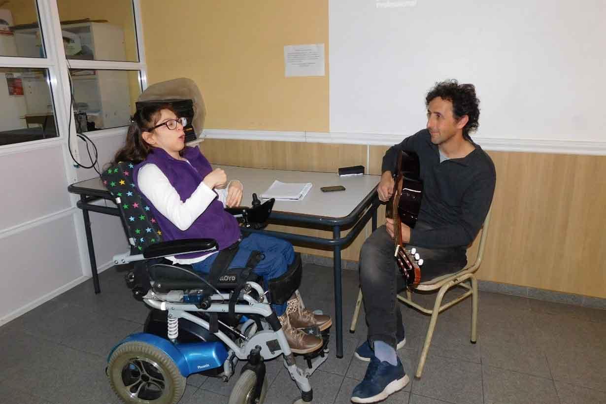 Gabriel Belderrain cantando en el encuentro con Guillermina