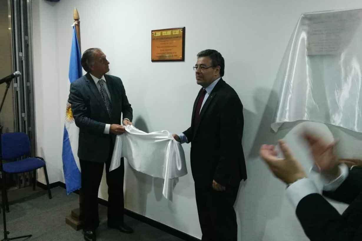 Bernardo Salduna y Enrique Martínez descubren la placa en homenaje a Arturo Sampay