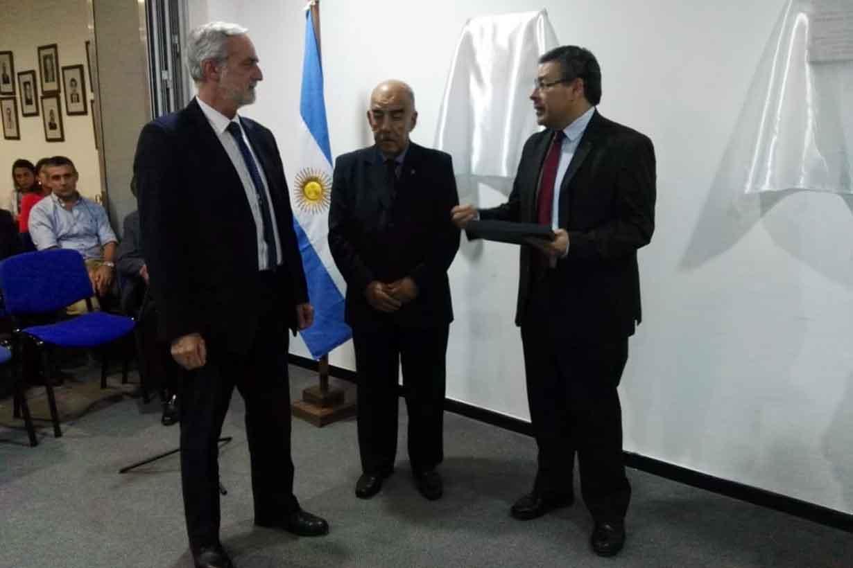 Eduardo Paredes y Enrique Martínez entregan un recordatorio a Mainez
