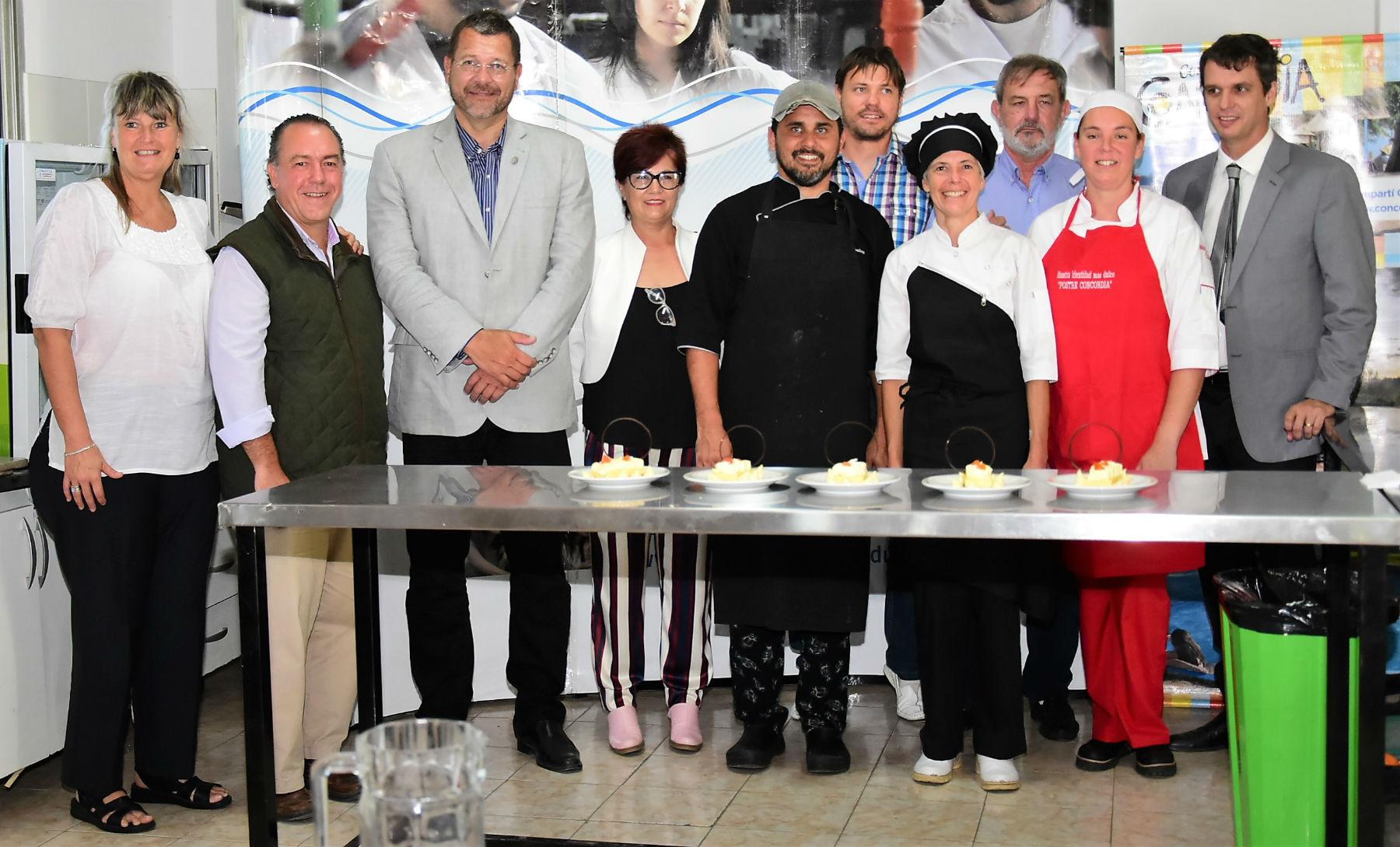 Autoridades municipales, de turismo y de la Facultad de Alimentos, con los finalistas.