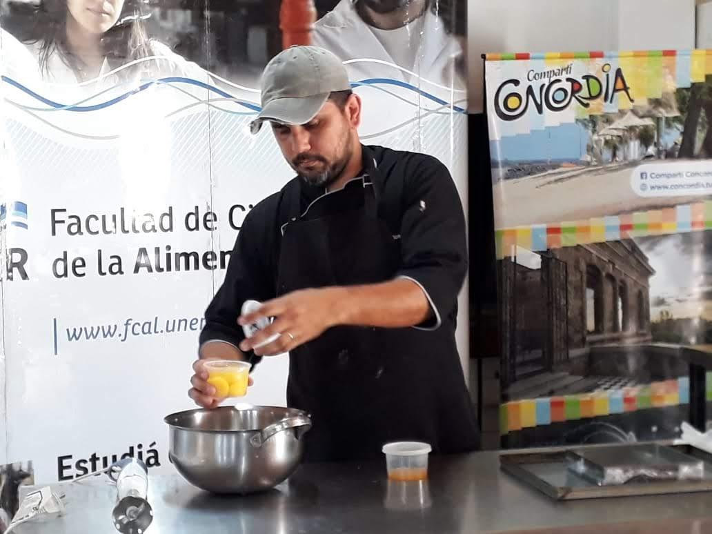 Maximiliano Ceballos, en plena elaboración en la final realizada en la Facultad de Ciencias de la Alimentación.