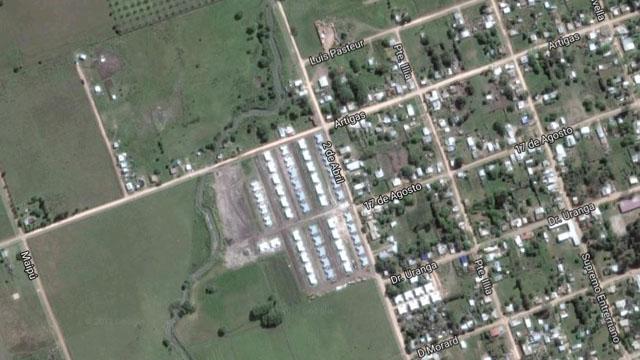 Vista aérea de las 100 viviendas y del arroyo vecino.