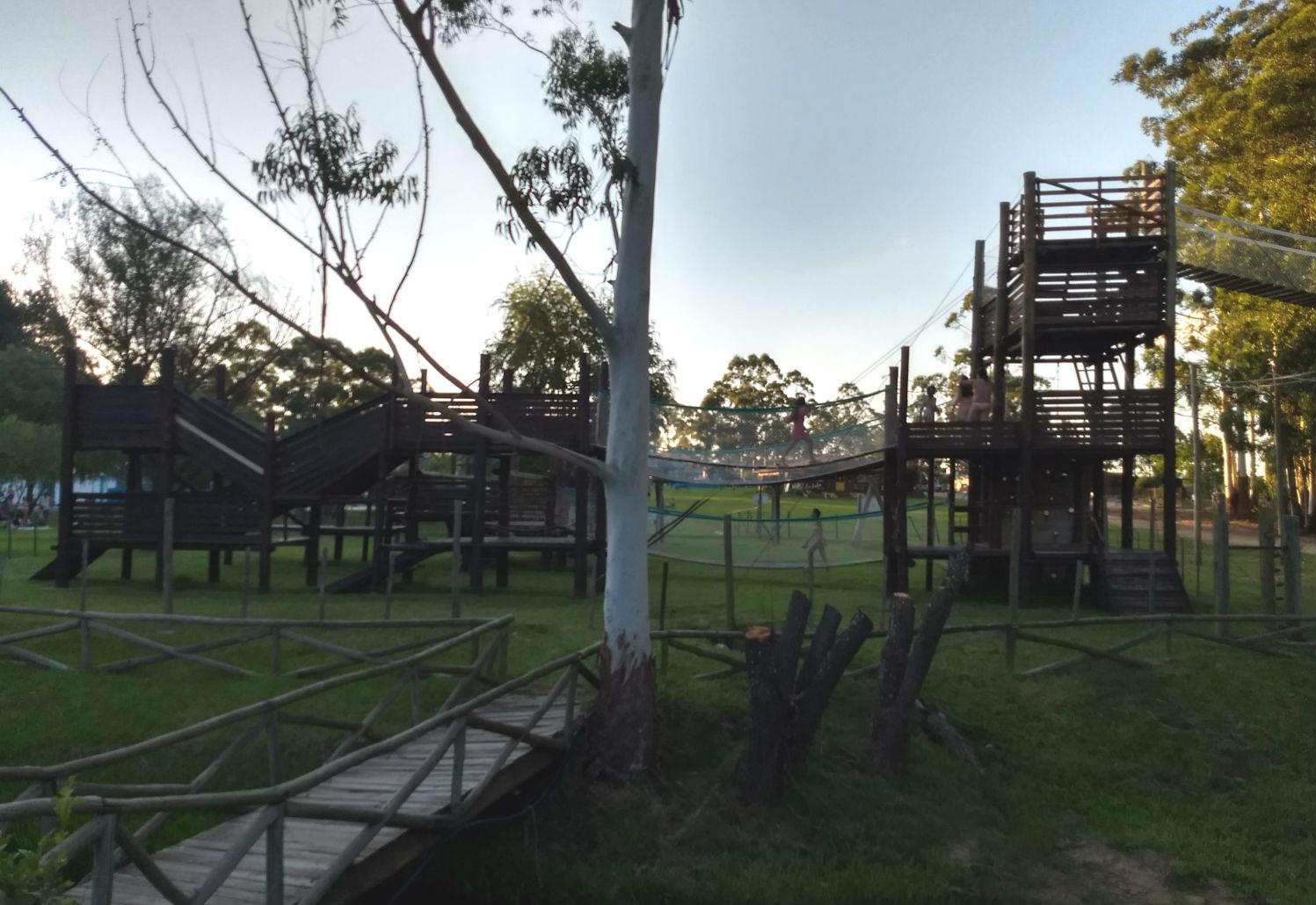 Allí concluye el recorrido, en una zona de juegos situada junto al restaurante del complejo.